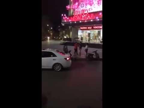 Chàng trai quỳ gối van xin mẹ bạn gái ở Hà Nội