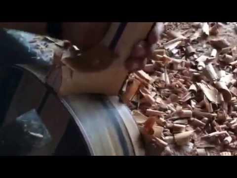 Francisco Bros rebajando el tacón de la guitarra.