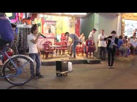Lệ Rơi, thánh bàn chải và hot boy kẹo kéo hát trên phố Bùi Viện gây tắc nghẽn đường phố
