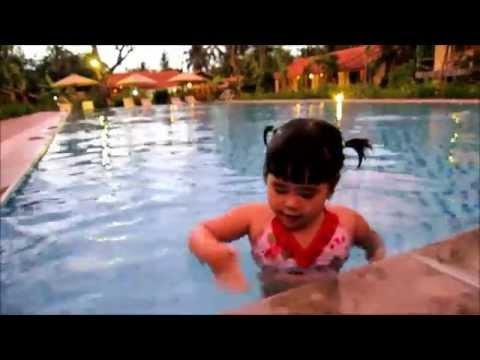 Bảo Châu vừa bơi vừa hát