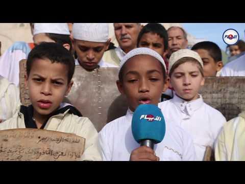 بعد انحباس المطر..مقرئ صغير يبهر بصوته من أمام مسجد الحسن الثاني