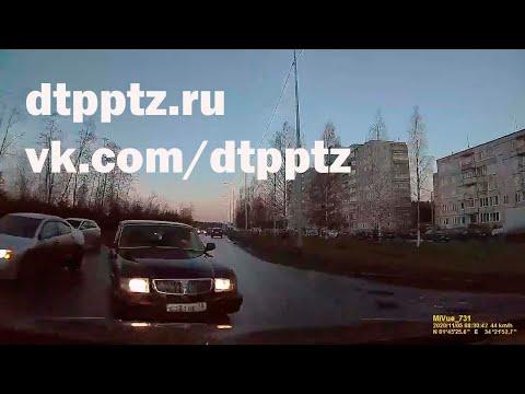 """На Карельском проспекте Волга выехала на """"встречку"""". Пострадали три человека"""