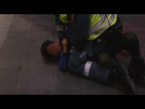 الشرطة السويدية تُعَنف طفلا مغربيا