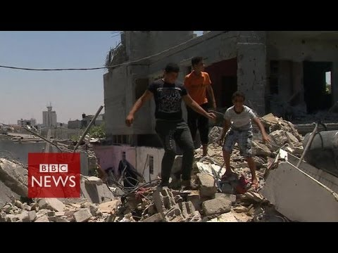 Devastation after air strike on Khan Younis, Gaza - BBC News