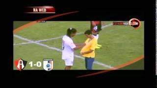 Ronaldinho faz gol e d� aut�grafo durante o jogo, mas Quer�taro perde