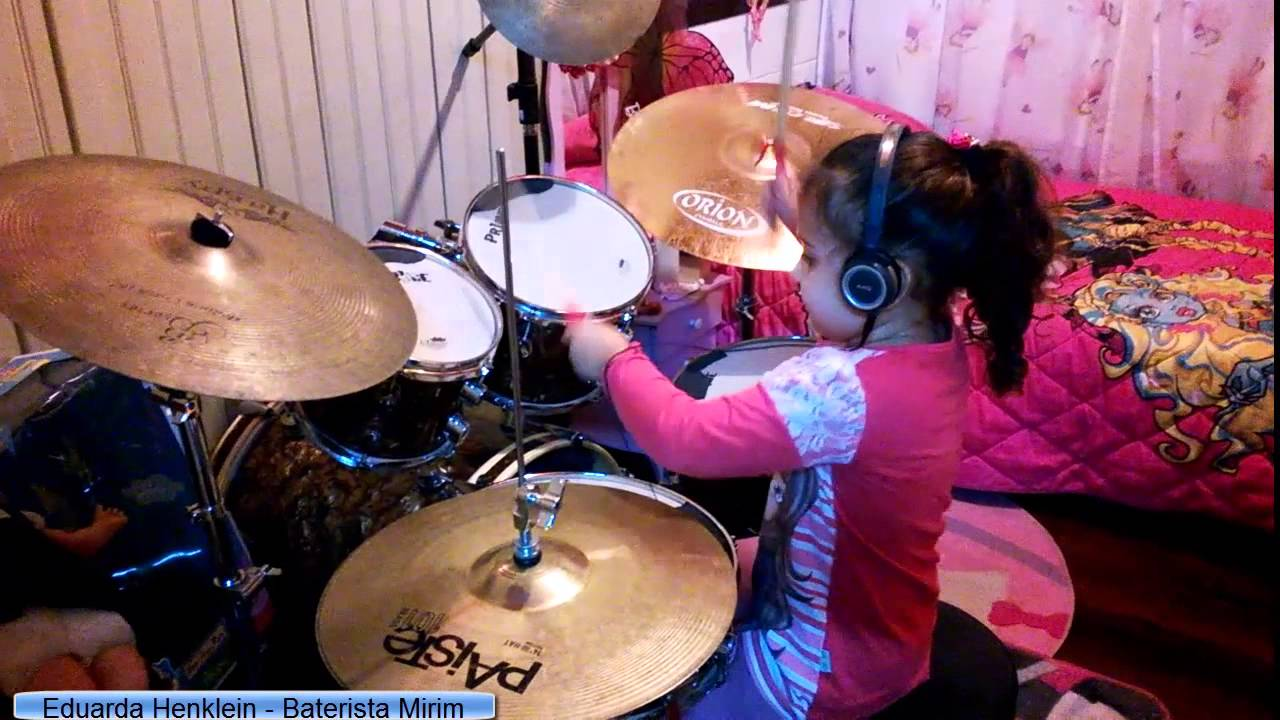 Petite fille de 4 ans joue du Iron Maiden à la batterie