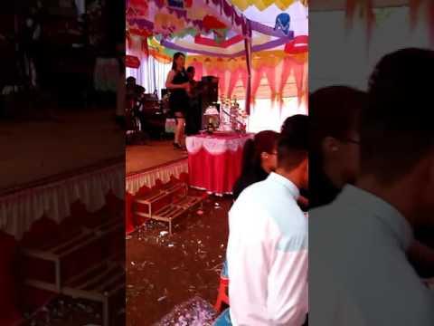chị gái dễ thuơng hát đám cưới. 😘😘😘😘