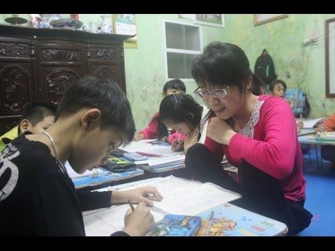 Cô giáo khuyết tật dành nhiều tình cảm cho học sinh