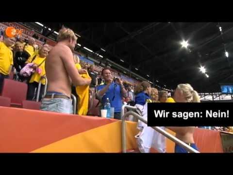 Nữ cầu thủ xinh đẹp cởi áo đổi với fan