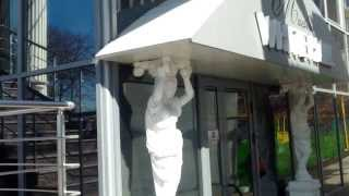 Cade tabla peste statuile erotice și vecina localului