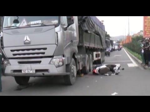 Chờ đèn đỏ, một phụ nữ bị xe tải cán qua người