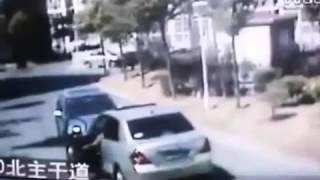 Mujer violenta al volante