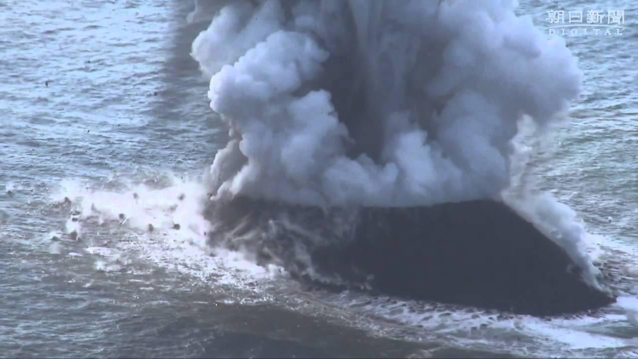 小笠原の新しい島、誕生の噴煙 高さ300mに