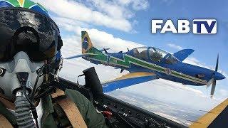 Confira, nesta edição do FAB TV, os bastidores do Esquadrão de Demonstração Aérea (EDA), mais conhecido como Esquadrilha da Fumaça. Um de nossos repórteres voou junto com a Esquadrilha para mostrar para você a sensação de estar, durante cerca de 35 minutos, realizando diversas manobras nos céus.