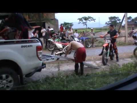 Những pha leo dốc dựng đứng mạo hiểm tại Thung Khe