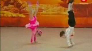 Impresionante pareja de baile infantil