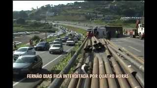 Carreta tomba e Fern�o Dias fecha por quatro horas
