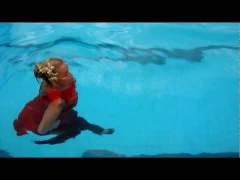 Graça Mariáh Flutuadora em: Walk in the Pool!