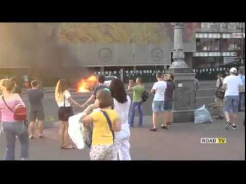 В Центре Киева горит машина посльства США