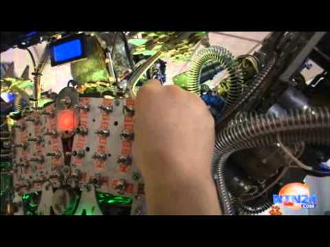Granjero chino construye un robot humanoide casero con chatarra