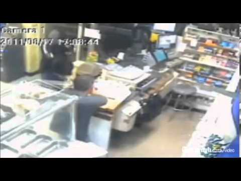 NY shopkeeper attacks armed robber with machete