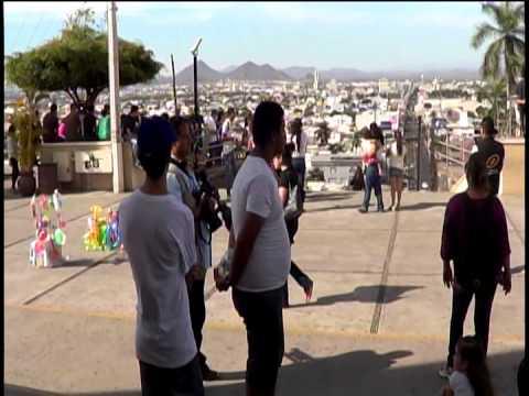 policias bloquean marcha en la lomita para chapo guzman, detienen a 2