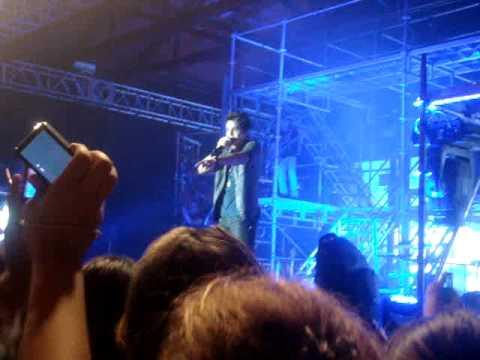 Luan Santana - Menina joga sutiã no palco, Villa Country 26/04/2012