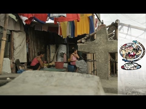 The Bizarre Filipino Community That Lives In A Graveyard