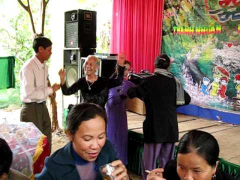 Các cụ già gần 80 nhảy trong đám cưới.AVI