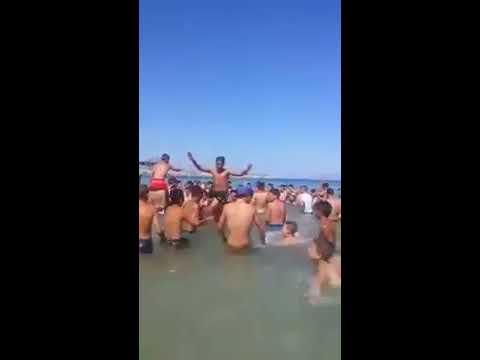 شباب في الناظور يرفعون شعارات الحراك داخل مياه البحر