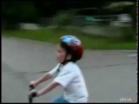 image vidéo Enfant qui se prend un arbre en vélo