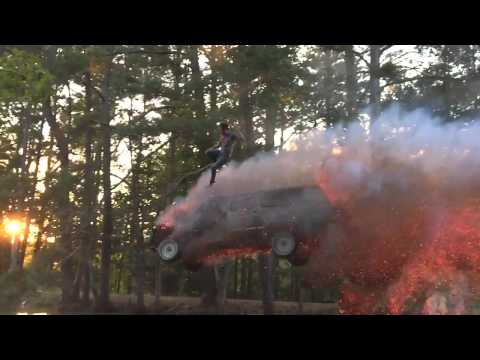 Неверојатен скок со запалено возило