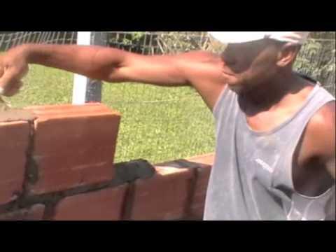 Como amarrar os tijolos na parede sendo construída