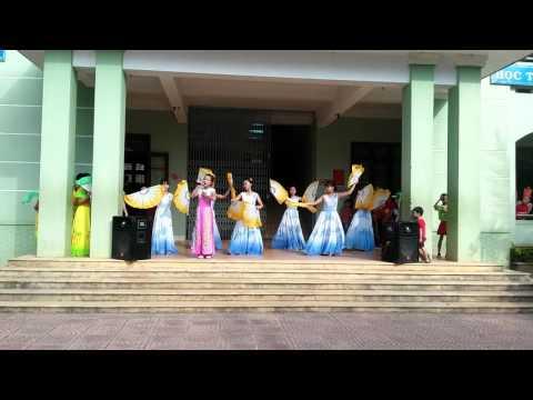 Quê tôi múa quạt. Lớp 7A, THCS Nguyễn Huệ a115