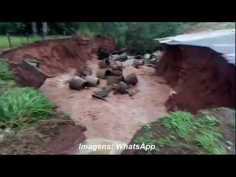 Flagrante: motociclista cai na rodovia por causa da chuva