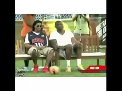 Kể cả lúc ngồi, Ronaldinho cũng thể hiện được kỹ thuật khéo léo của mình