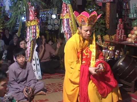 Đại đức Thích Thanh Cường cử hành nghi thức tiếp linh