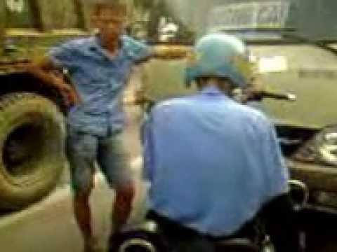 Thanh tra giao thông đánh nhau với lái xe khách