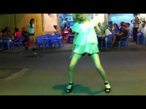Thiếu nữ nhảy khiêu dâm giữa đường bán kẹo kéo
