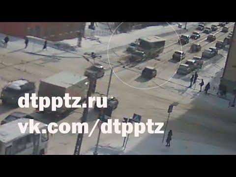 На улице Антикайнена столкнулись маршрутный автобус и легковой автомобиль
