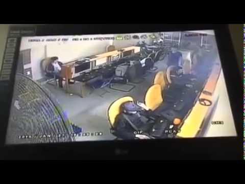 Cảnh sát hình sự bắt tội phạm ở tiệm net