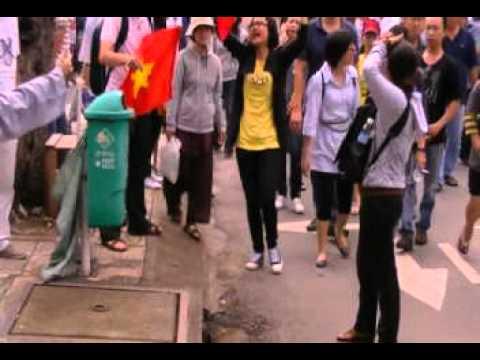 Biểu Tình ở SàiGòn 01/07/2012:  Nhà Thơ Đỗ Trung Quân Tường Thuật