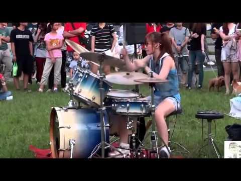 Cô gái chơi trống quá tuyệt vời