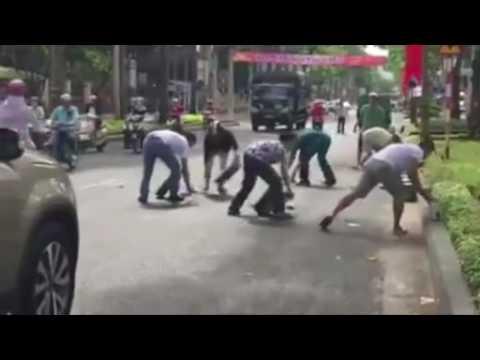 Xôn xao clip người dân Vũng Tàu gom bia giúp tài xế xe tải