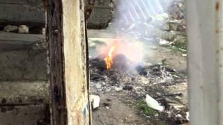 Ard gunoiul toxic în curte, pe strada Chimiștilor