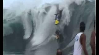 Ola gigante voltea moto de agua.