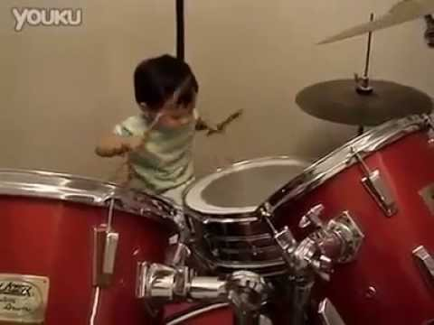 budak kecil main drum (little boy play drum)
