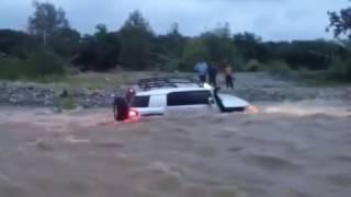 Coche 4x4 atascado en rio caudaloso