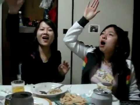 Phút ngẫu hứng của 2 tu nghiệp sinh Nhật Bản