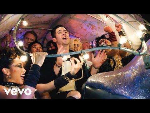 Nick Jonas divulga novo vídeo para a música
